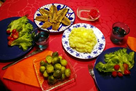 silakkapihvejä, perunamuhennosta jaruisleipää