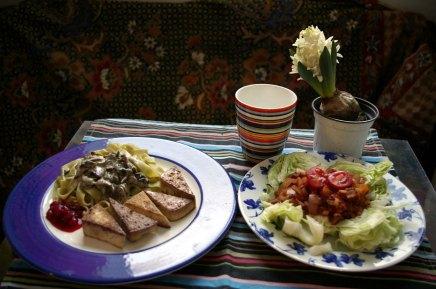 tofua ja pinaatti-suppilovahveropastaa