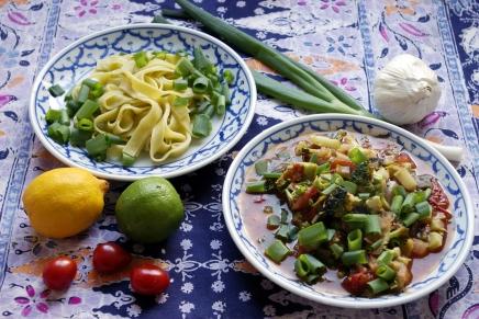 tuorepastaa ja tomaatti-, sipuli- parsakaalikastiketta