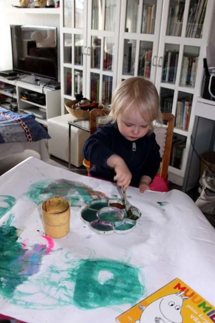 pieni maalari maalaa
