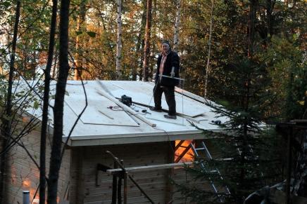 työmiehet katolla