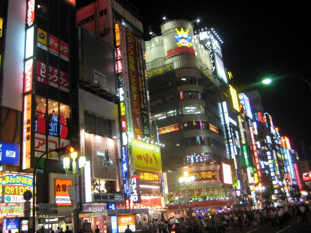 TOKION VÄRIVALOJA
