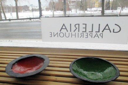 värirunoja -näyttely onripustettu