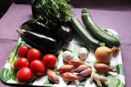 tomaattikermainen kesäkurpitsa-munakoisovuoka