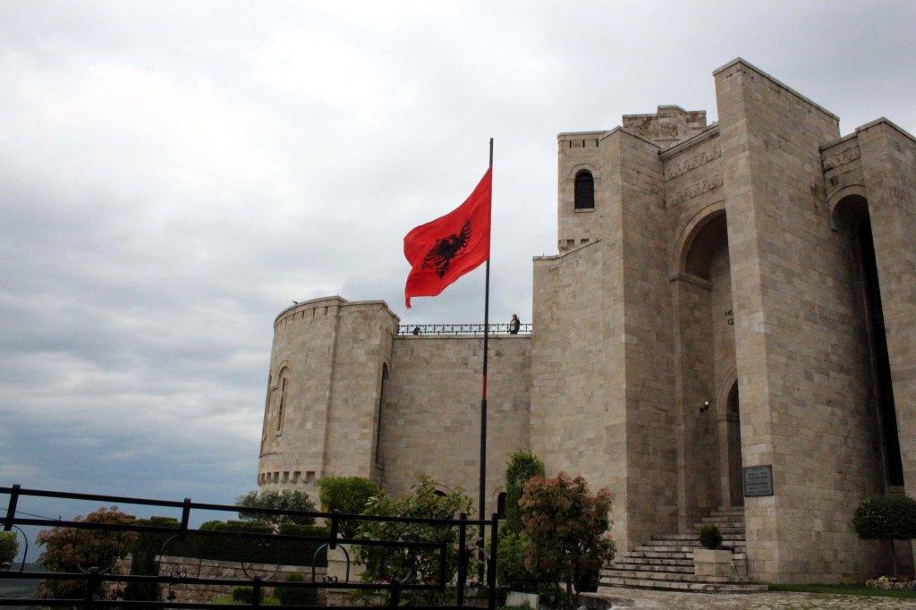 ALBANIAN LIPPU LIEHUI KOMEASTI