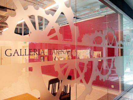 8 palettia -näyttelyn avajaistunnelmia jalehtijuttu