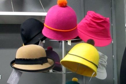 tuomelan martat hattuillassa