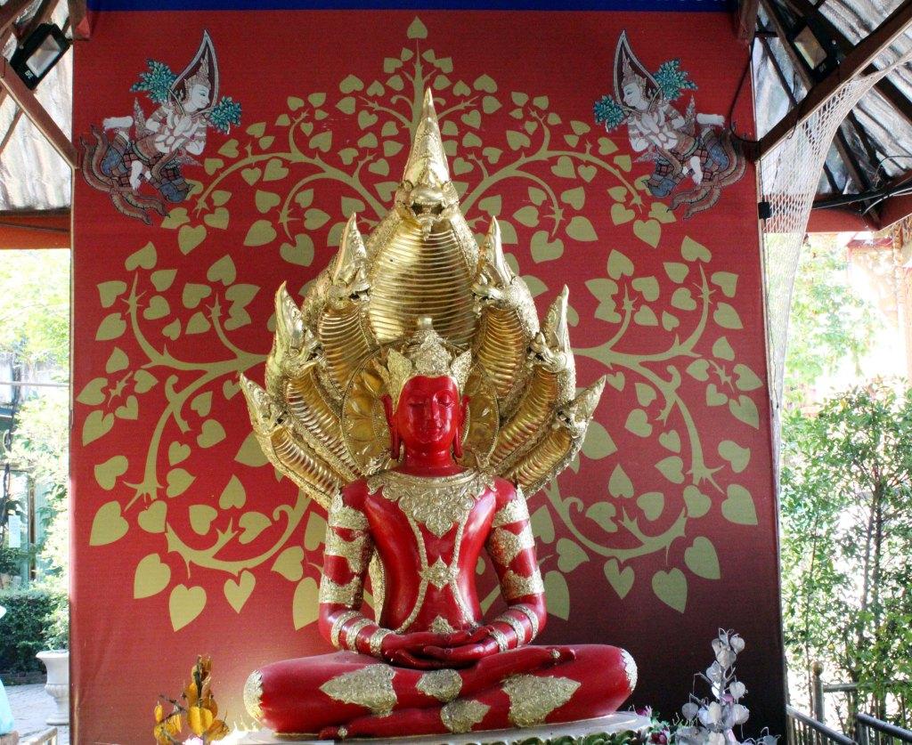 OLEMME NÄHNEET LUKUISIA KULTAISIA BUDDHIA, TÄMÄ OLI ENSIMMÄINEN PUNAVÄRINEN